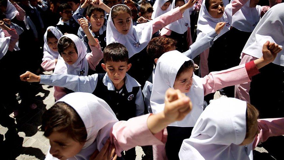 Niños iraníes en edad escolar.
