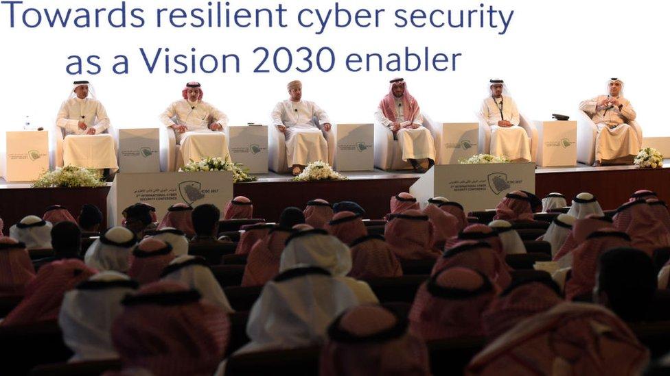 Saudíes atienden a la Conferencia Internacional de Seguridad Cibernética celebrada en Riad el 27 de febrero de 2017.
