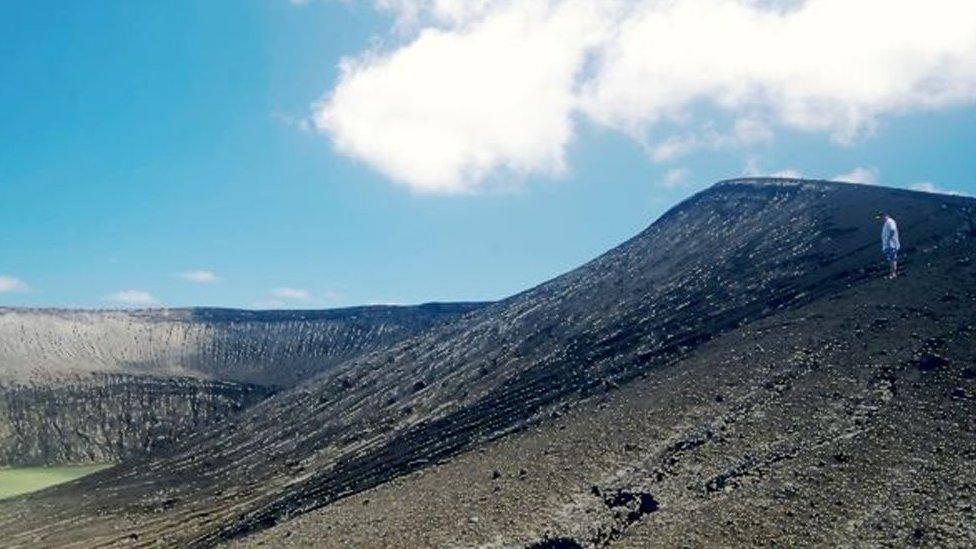 Un hombre parado en el terreno volcánico de la isla. (Foto: Gianpiero Orbassano)