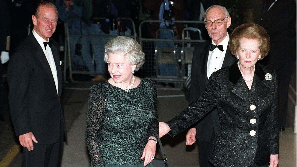 الملكة إليزابيث الثانية تحتفل بالعيد السبعين لميلاد البارونة ثشاتشر في عام 1995