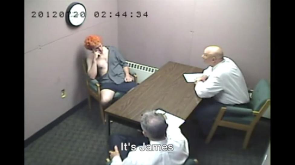Imagen de cámara de seguridad del interrogatorio a James Holmes.