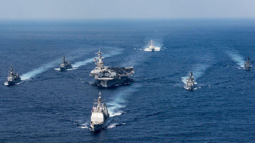 حاملة الطائرات كارل فينسن والقطع الحربية التابعة للأسطول الثالث في المحيط الهادئ تتحرك في اتجاه شبه الجزيرة الكورية