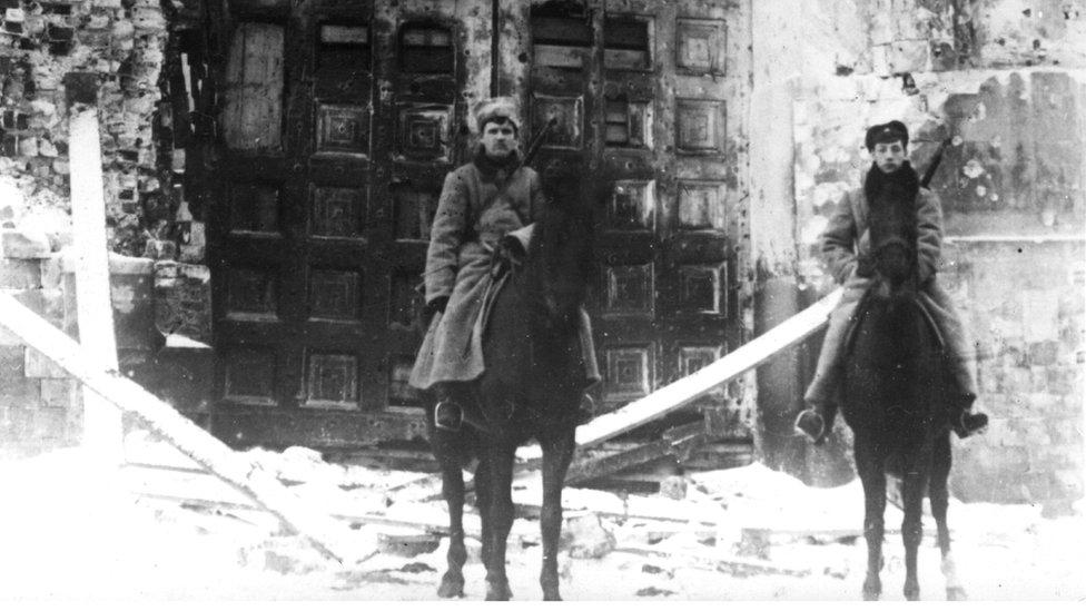 Guardias custodian el Kremlin para evitar el avance de la Revolución.