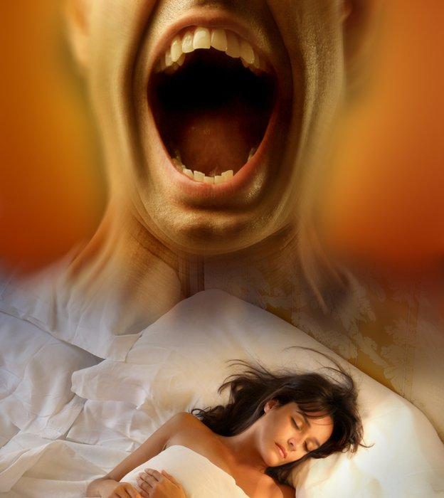 Mujer dormida con presencia amenazadora