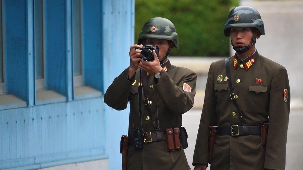 جنود من كوريا الشمالية يراقبون الجهة الأخرى خلال زيارة بنس