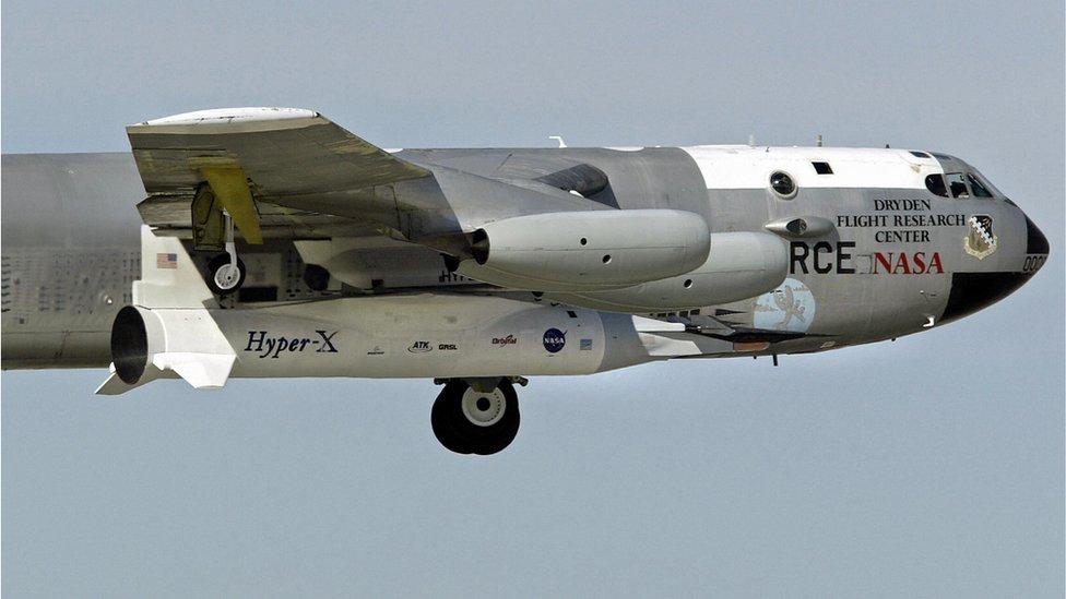 El avión experimental hipersónico no tripulado es transportado por un avión B-52.