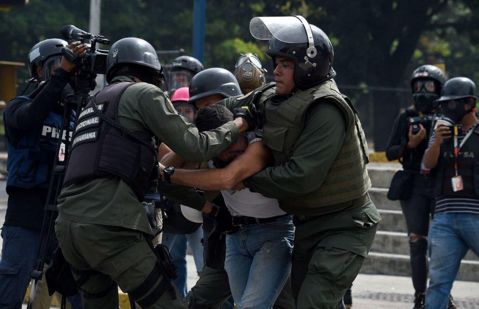 Un manifestante es detenido por miembros de la Guardia Nacional en Caracas el 27 de julio, durante el segundo día de la huelga general de 48 horas convocada por la oposición de Venezuela.