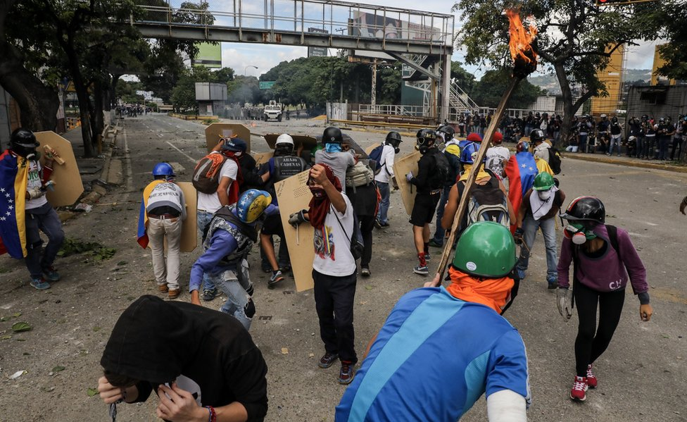 Manifestantes en una avenida de Caracas.
