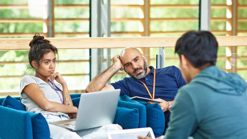 Alardear y actuar como si fueras un sabelotodo son formas seguras de crear una mala impresión entre tus nuevos colegas.