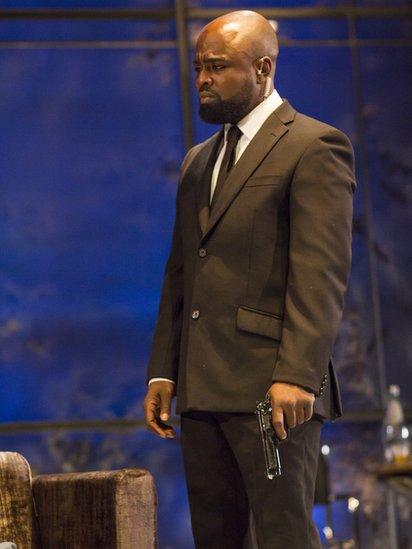Michael Balogun durante una escena de The Winter's Tale, de William Shakespeare mientras estudiaba en RADA (Foto: gentileza RADA)