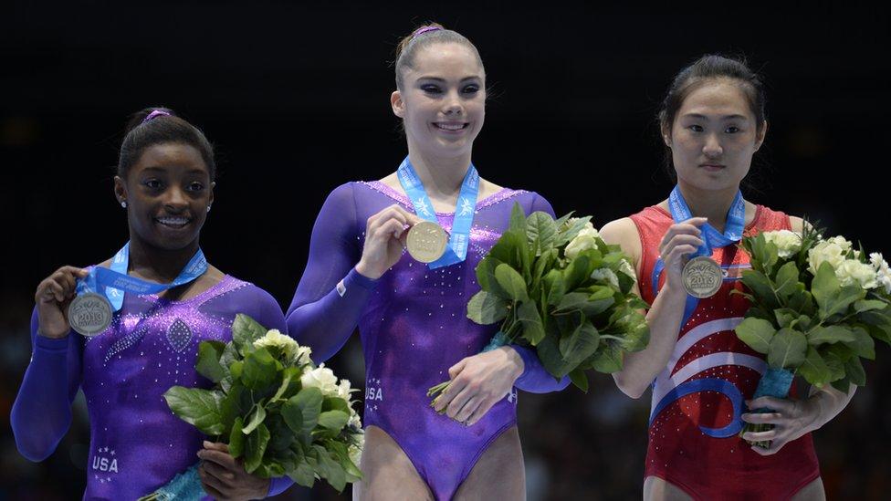 Simone Biles, McKayla Maroney, de Estados Unidos, y Un Jong Hong, de Corea del Norte, en el campeonato mundial de 2013 en Bélgica.