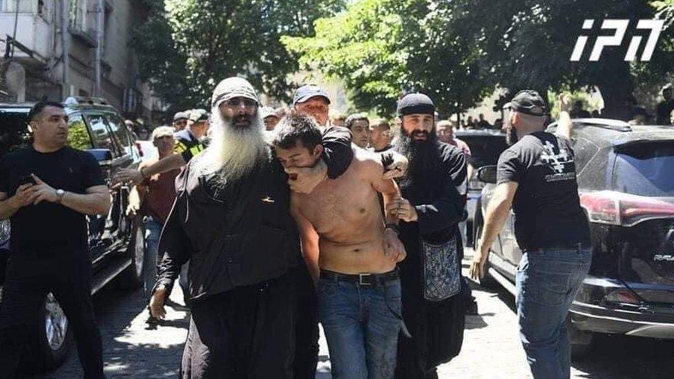 Избитый в Тбилиси оператор Александр Лашкарава умер. В Грузии протестуют и  требуют отставки премьера - BBC News Русская служба