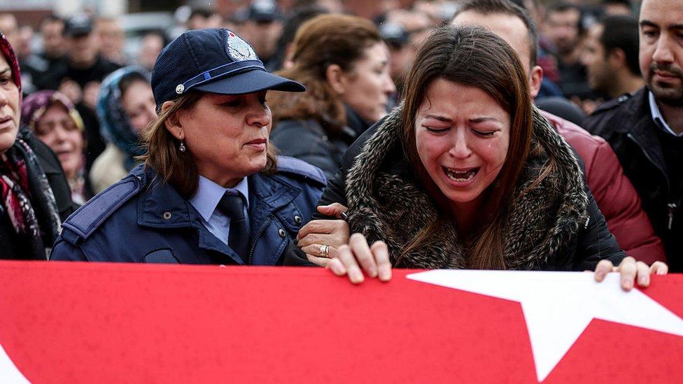 Una mujer llora sobre el féretro de una de las víctimas de los ataques en Turquía.