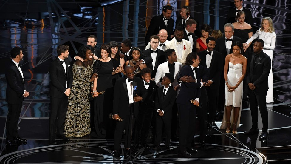 El elenco de Moonlight festeja su Oscar