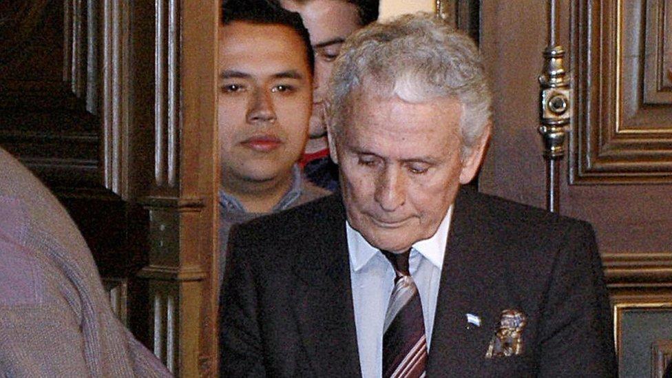 Miguel Etchecolatz en una de sus comparecencias ante un tribunal.