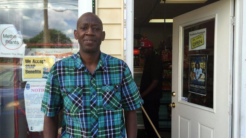 Tony Martin do lado de fora de sua loja, que fica na esquina da casa de infância de Muhammad Ali