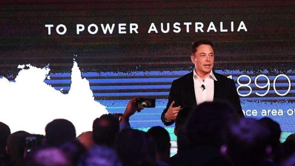 تعهد مدير شركة تيسلا، إليون ماسك، ببناء بطارية في غضون مئة يوم، وقد وفى بوعده.