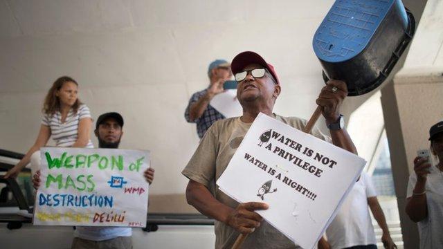 """""""El agua no es un privilegio, es un derecho"""": ciudadanos de Ciudad del Cabo protestan estos días por la gestión municipal de la actual crisis."""