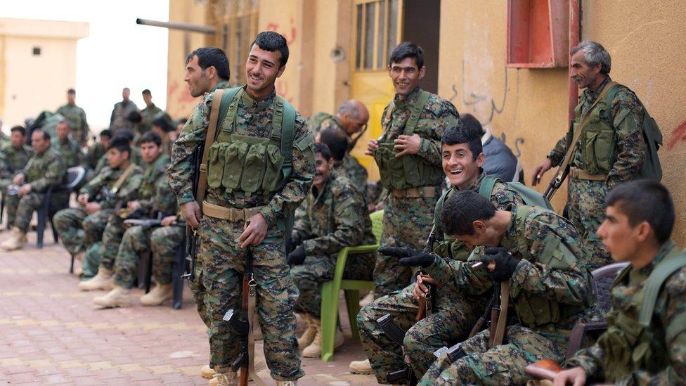 بعض عناصر قوات سوريا الديمقراطية التي تقاتل شمال سوريا بالتحالف مع الأمريكيين