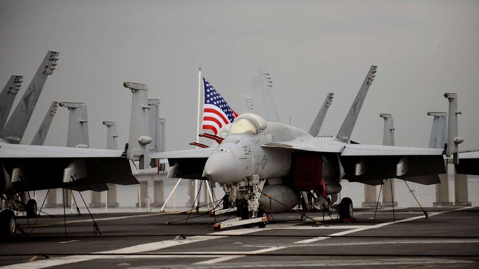 Avión a bordo de un portaaviones estadounidense