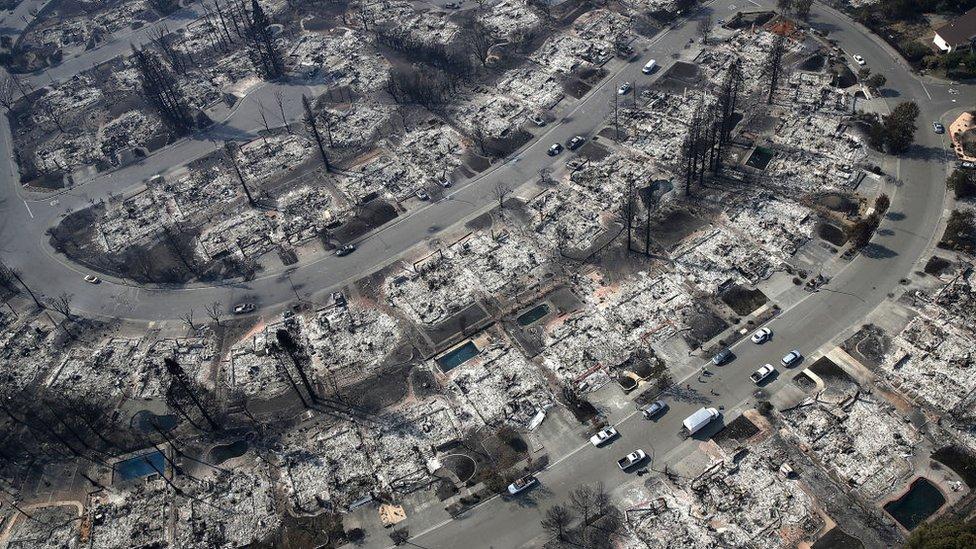 """""""Todo parece una infernal zona de guerra. Parecía que alguien había bombardeado estos barrios"""", declaró la supervisora ??del condado de Sonoma, Shirlee Zane, quien examinó el daño en la región desde un helicóptero."""