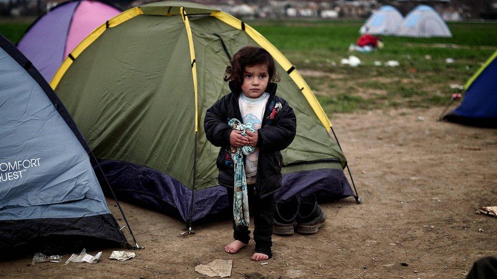 أرشيف- طفلة في معسكر للمهاجرين على الحدود اليونانية المقدونية