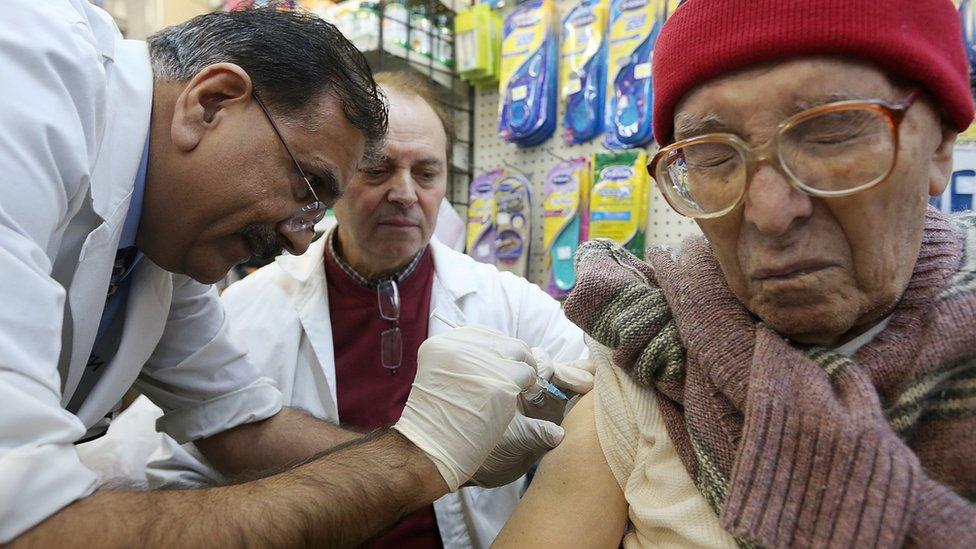 Una mujer es vacunada contra la gripe en Nueva York.
