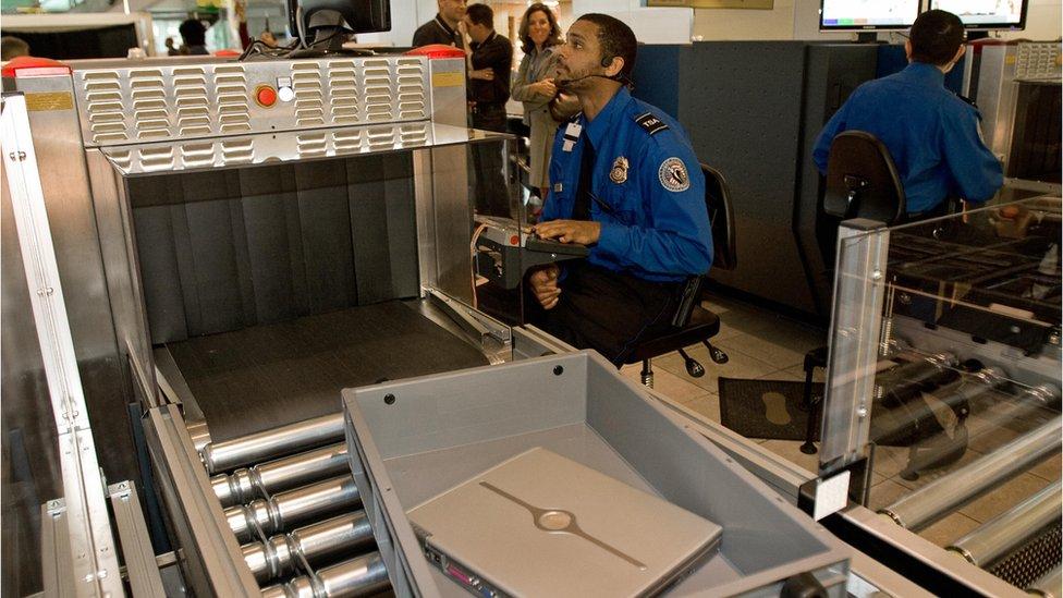 Un funcionario de un aeropuerto estadounidense verifica el equipaje en un aeropuerto.