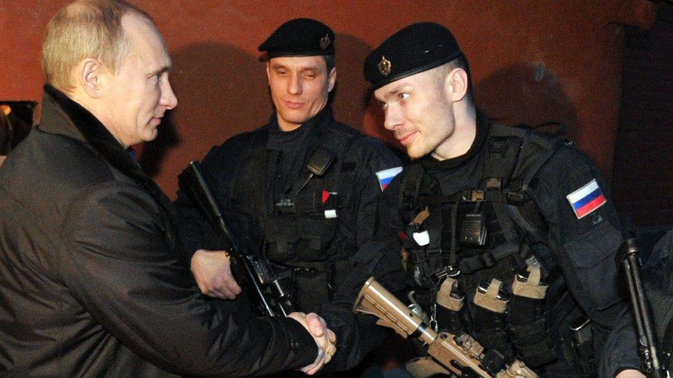 Vladimir Putin con fuerzas especiales del FSB en Chechenia, en diciembre de 2011.