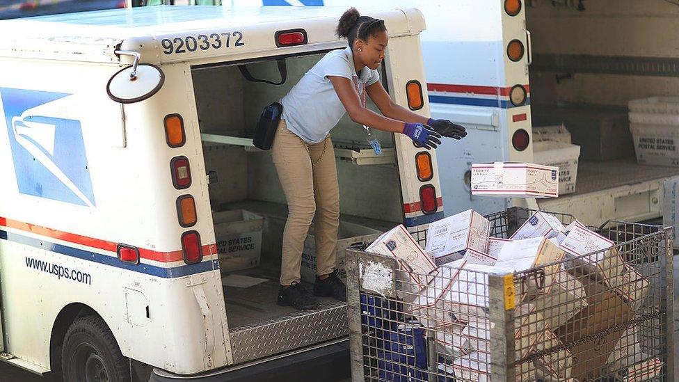 Trump asegura que el Servicio Postal de Estados Unidos pierde dinero haciendo de repartidor de Amazon.