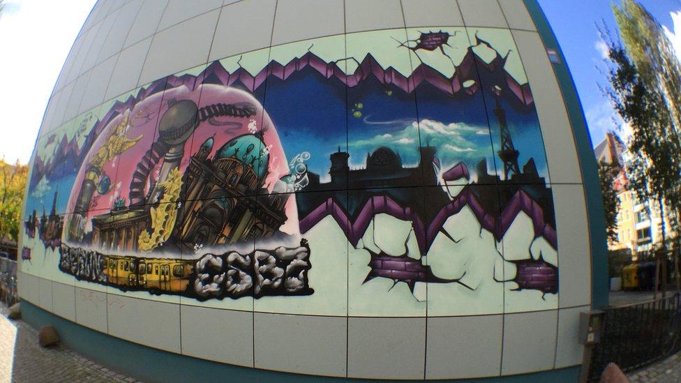 Uno de los grafitis que identifican a la escuela, y su diversidad, en el barrio central de Mitte, en Berlín.