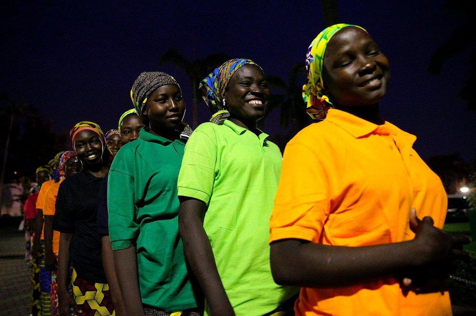Algunas de las 83 niñas liberadas de la escuela de Chibok antes de su encuentro con el presidente de Nigeria.