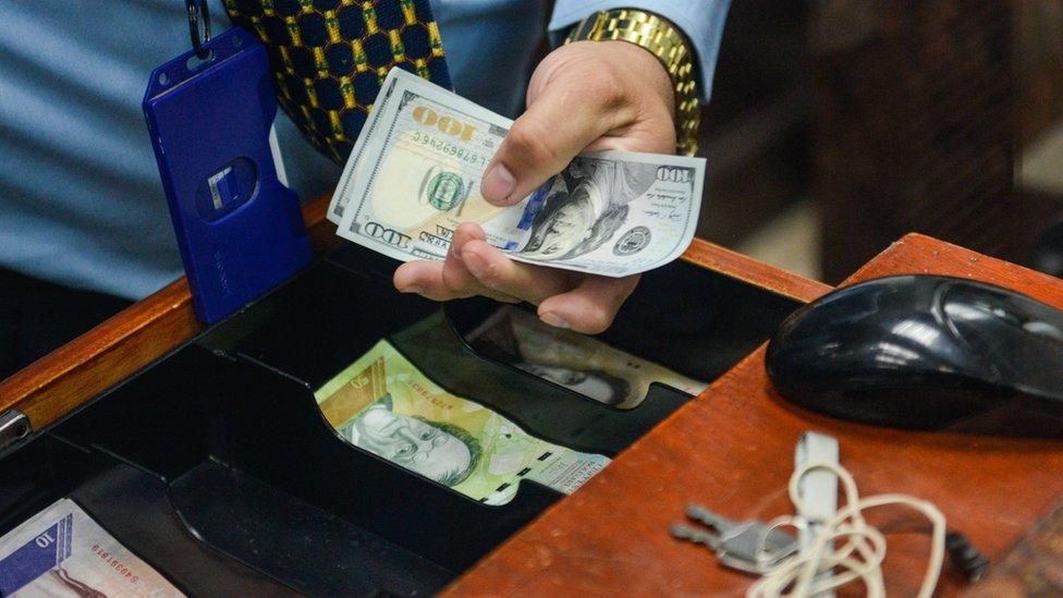 Hay hasta dos tasas de cambio oficiales controladas en Venezuela y una tercera en el mercado negro.