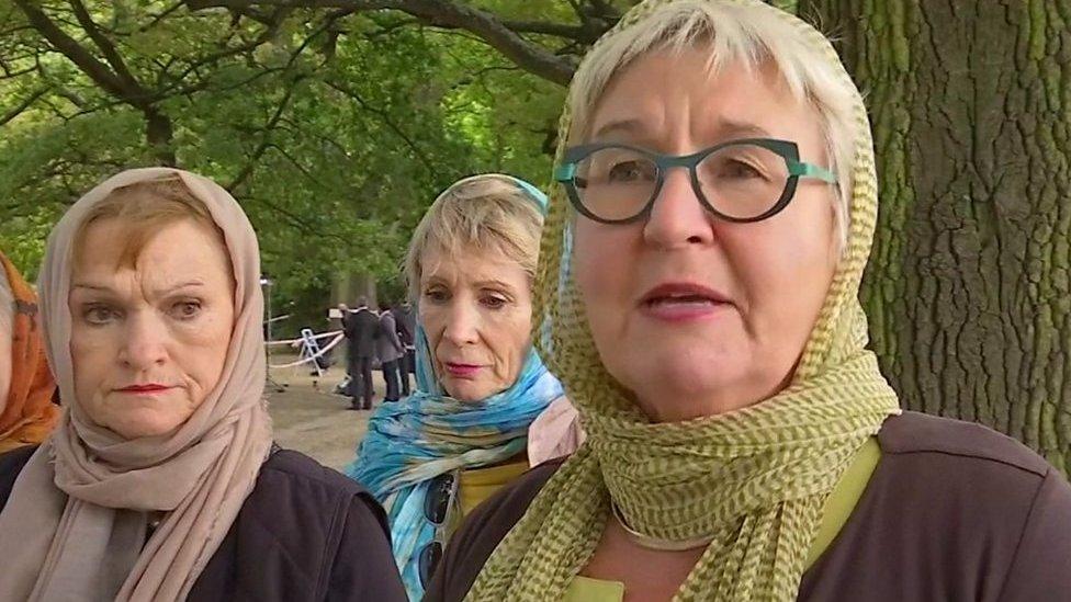 Christchurch shootings: Women show headscarf 'solidarity'