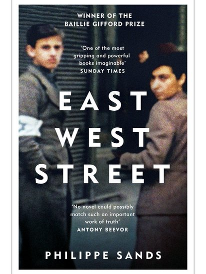 "Portada del libro ""East West street: on the origins of genocide and crimes against humanity"" (""Calle este oeste: sobre los orígenes del genocidio y los crímenes de lesa humanidad"")."