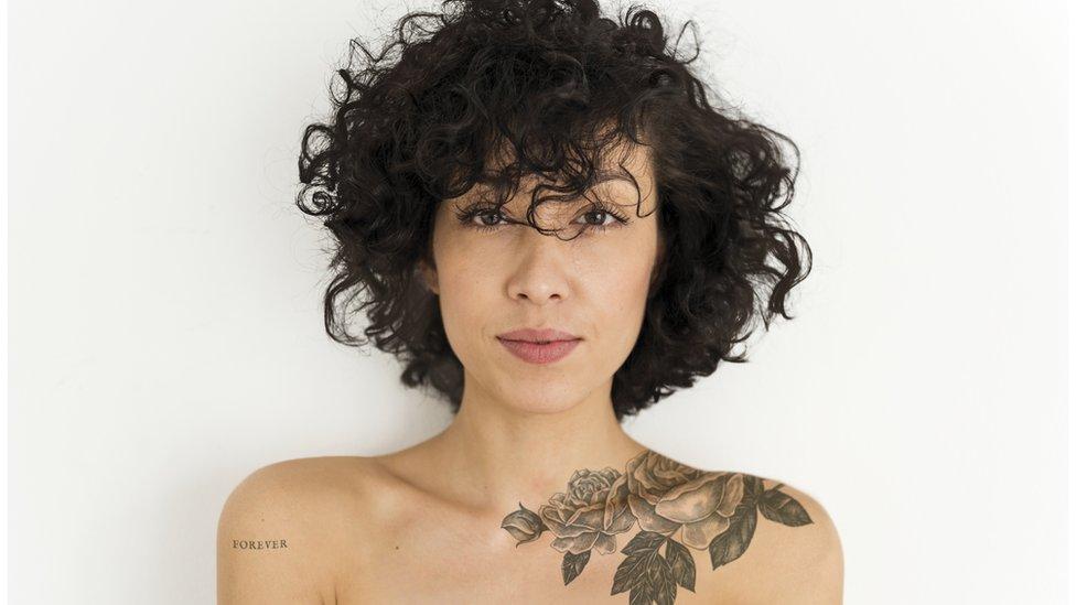 Mujer con tatuaje.