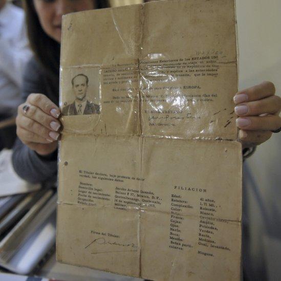 En la imagen, aparece el documento usado como pasaporte por el expresidente de Guatemala Jacobo Arbenz.