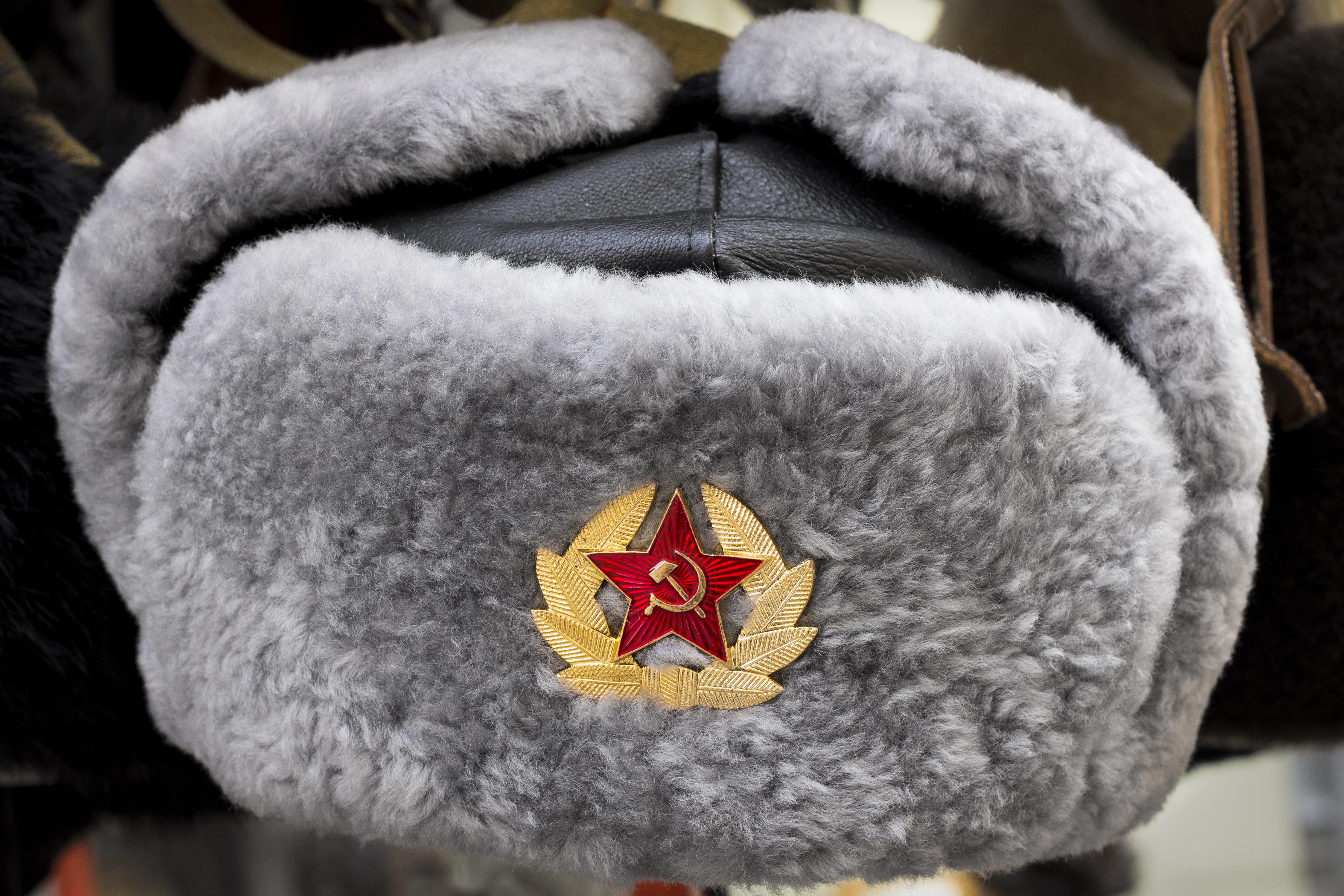 قبعة من الفرو تحمل شعار الاتحاد السوفيتي