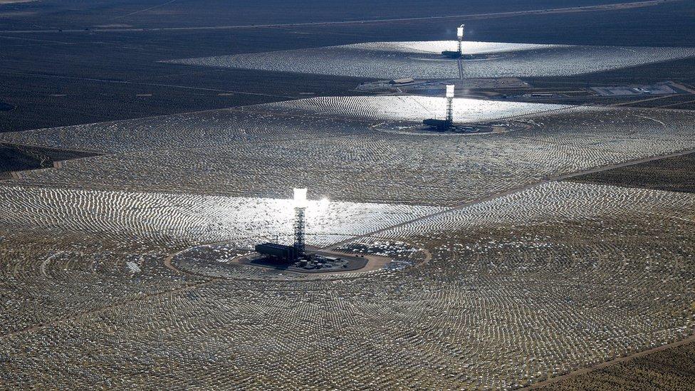 La planta termosolar Sistema de Generación Eléctrica Solar Ivanpah es uno de los complejos más grandes para la generación de energía solar en California.