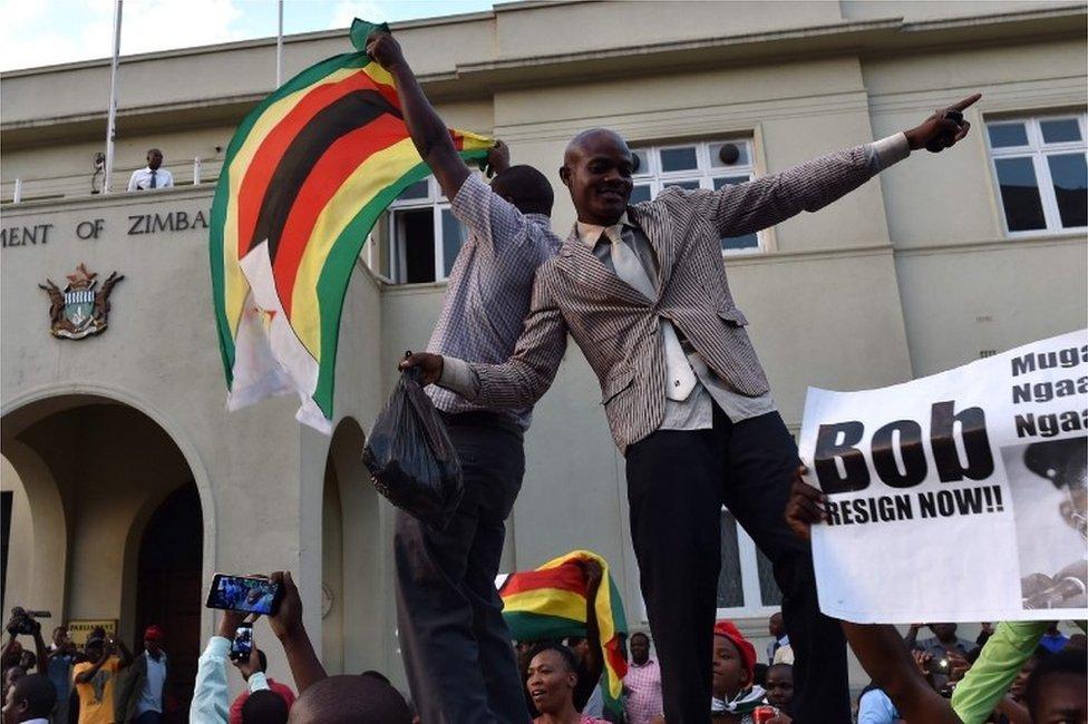 تجمعت حشود ، الثلاثاء، خارج البرلمان لإظهار الدعم لنواب شعب زيمبابوي الذين بدأوا إجراءات عزل الرئيس...