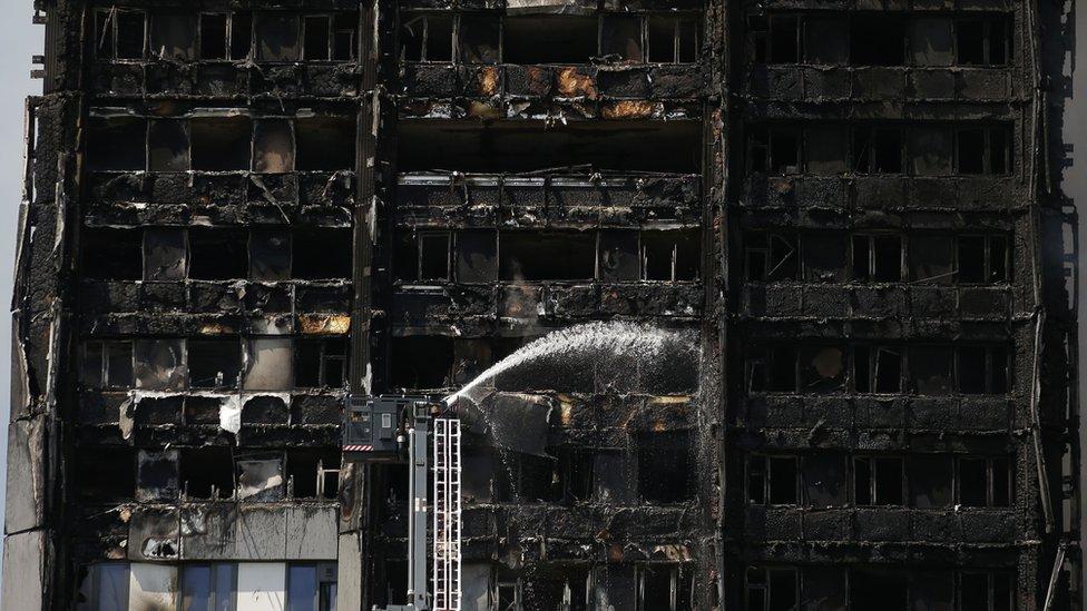 Bomberos intentan sofocar el fuego