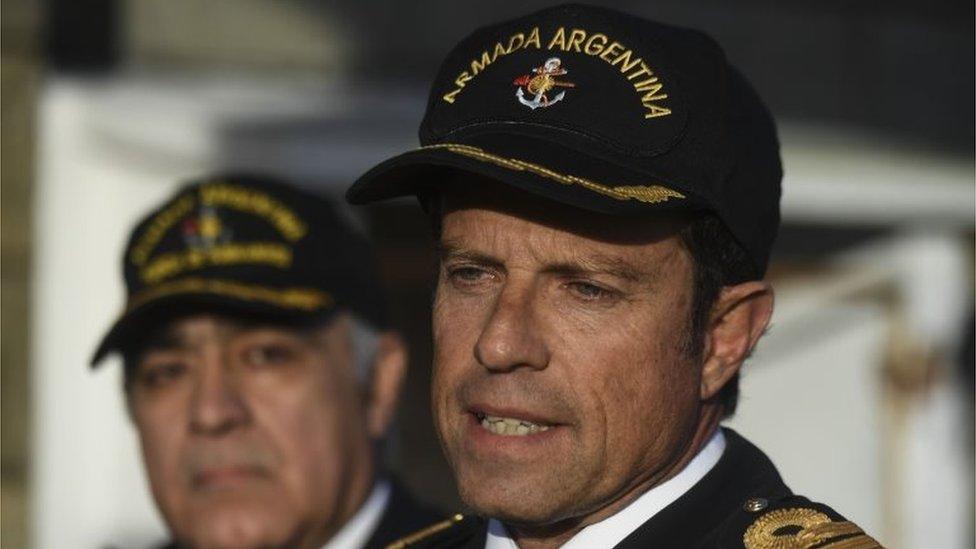 القائد البحري غابرييل غيلازي (يمين الصورة)