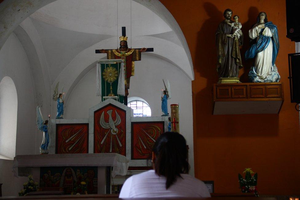 Mujer sentada en la iglesia de Tapachula, Chiapas, México. (Foto: Leire Ventas)