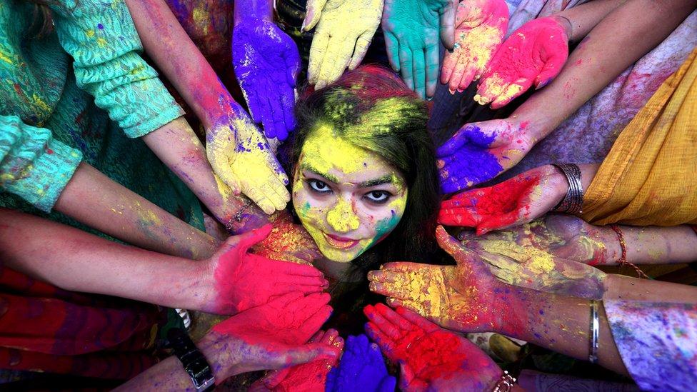 ہولی: انڈیا، نیپال اور دیگر ممالک میں ہندوؤں نے رنگوں کا تہوار جوش و خروش سے منایا