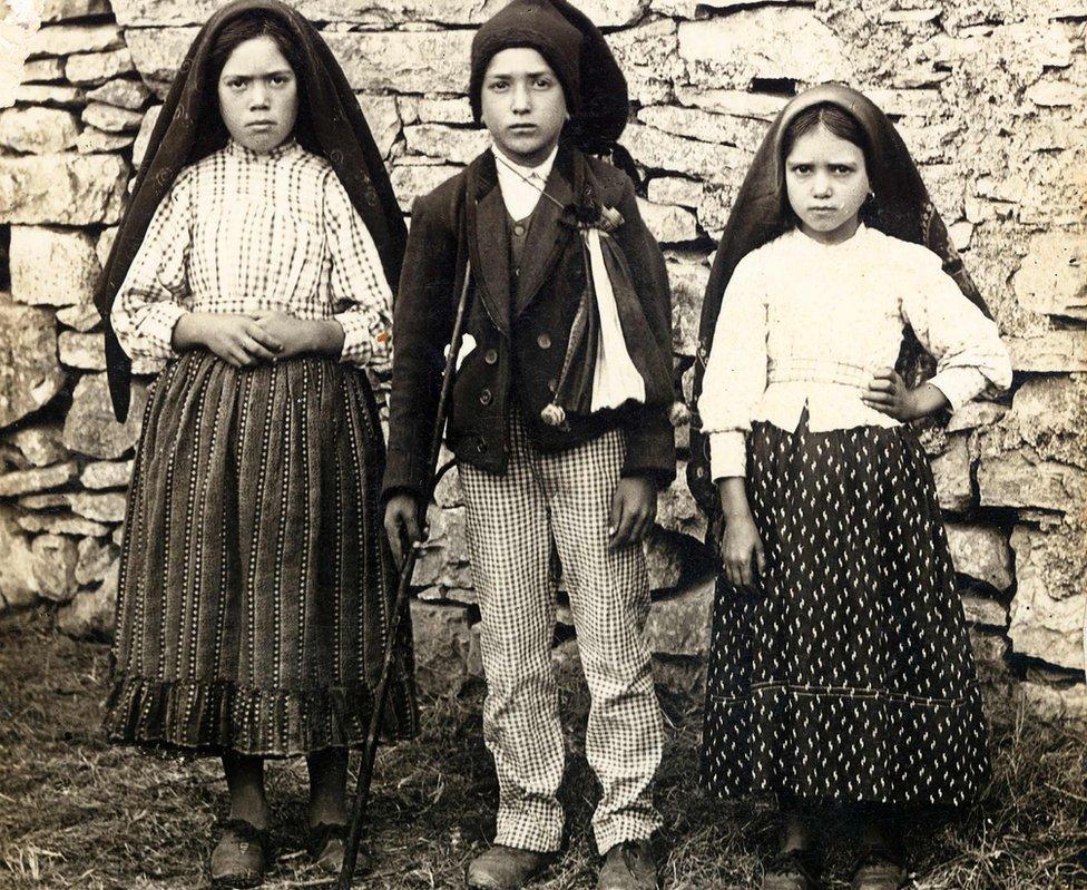 Lucia, Francisco and Jacinta Marto (de izda a dcha), dijeron haber visto a la Virgen en 1917.