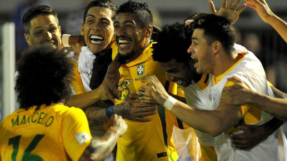 Paulinho celebra uno de sus tres goles contra Uruguay.