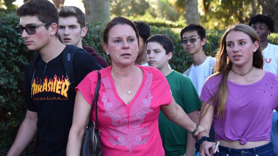 Alumnos saliendo de la escuela Marjory Stoneman Douglas de Parkland, Florida