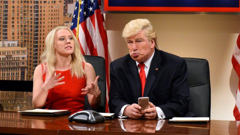 Kate McKinnon como Kellyanne Conway y Alec Baldwin como Donald Trump en el programa