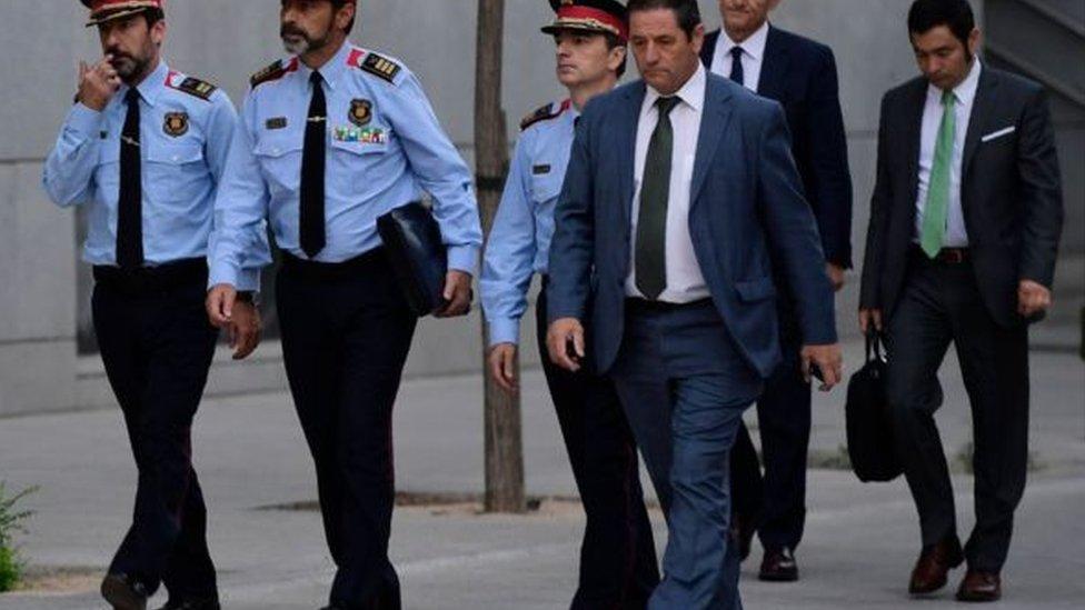 يواجه رئيس شرطة كتالونيا (الثاني في اليسار) محاكمة في مدريد