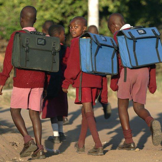 Niños yendo a la escuela en Zimbabue